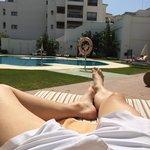 Vista desde la tumbona de matrimonio en la piscina. Viernes Santo 2014