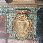 Lo stemma del vescovo Erasmo Parravicini, benefattore..nel transetto, cappella destra