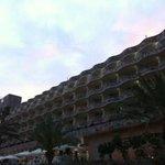 vista de la fachada del hotel.