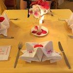 Vom Services dekorierter Tisch