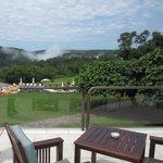 ホテルのテラス。綺麗な椅子が置いてあり、ハンバーガなどを注文することができる。奥に見えるのはイグアスの滝