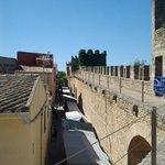 Пешеходная дорожка на стене