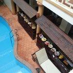 vue du buffet du petit-déjeuner, avec vue de la piscine