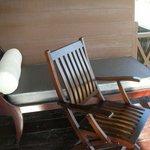 ベランダにある椅子とリクライニングベッド