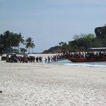 Lo sbarco dei turisti cinesi sulla spiaggia