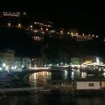 Hôtel Belair vue du port la nuit, au milieu de la photo en haut.