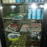 Le réfrigérateur des produits laitiers et charcuterie