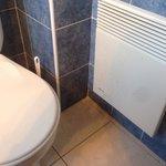 Regardons bien les traces marron sur le radiateur à coté du WC ce n'est pas de la rouille
