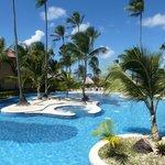 Le bout de la piscine côté plage avec un jacuzzi