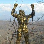 Статуя Прометея на вершине Орлиных скал.
