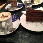 Un cappuccino et une part de gateaux chocolat