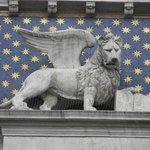 Leão alado, símbolo de Veneza, no topo da torre.