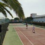 L'hôtel et son terrain de tennis