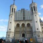 Vista frontal da basílica