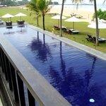 Blick vom de luxe Zimmer auf den großen Pool