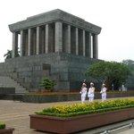 Смена караула у мавзолея Хо Ши Мина.