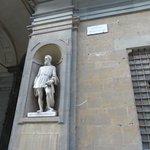 Estatua de Cellini en la Piazzale degli Ufizzi
