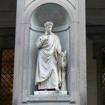 Estatua de Dante en la Piazzale degli Ufizzi