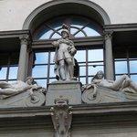 Estatuas en el exterior de la galeria