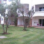jardin, chambres et terrasses à l'extérieur.