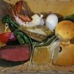 メインの料理の籠(伊勢海老・白身魚・フィレ肉のグリル等)