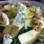Салат с руколой, яблоком и горогонзолой.