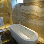 清潔感あふれる浴室