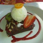 Croustillant au chocolat, coulis de fruits rouges