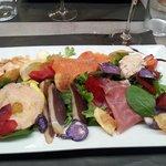 Salade Pique Assiette (saumon, crevettes, foie gras, tranches de canard fumé...)