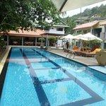 vue de la piscine au restaurant