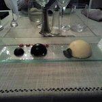 Dôme chocolat,mousse de gariguettes au pralin