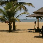 Blick vom Hotelgarten zum Strand