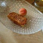 Torrija de cerezas con albaricoque crujiente
