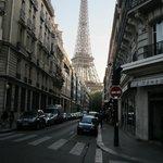 La rue transversale au restaurant avec vue sur la Tour Eiffel