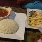 Bistec con papas y ensalada . Acompañante Arroz y habichuelas