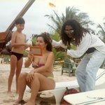 Na praia, fazendo um tererê...com o clone do Bob Marley
