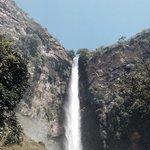 Bom demais ficar próximo à queda e sentir a água da cachoeira!!!