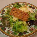 euilleté de camenbert chaud sur mesclun de salade