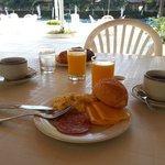 Desayuno junto a la piscina
