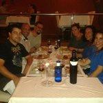 Con unos amigos, cenando el verano pasado.