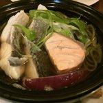 メイン.鯛,スズキ,鮭入りの茶そば.なんと生姜がたっぷり効いた出し汁.
