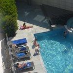 La piscine de l'hôtel sous le soleil du mois d'avril