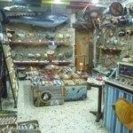 un negozio di ceramiche