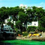 Blick auf die Bucht mit Restaurant und Zimmern/Suiten