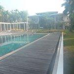 brume de chaleur matinale sur la piscine et vue des chambres