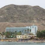 Вид с моря, пляж отеля(с желтыми лежаками)