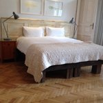 "Bett im ""Claret Room"""