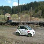 mit dem Elektro-Smart beim Zwischenhalt in Seebrugg am Ende des Schluchsees