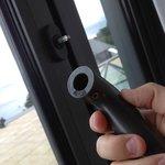 fenêtre -- > out !