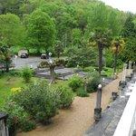 Vue depuis la terrasse de la chambre vers le jardin de l'hotel